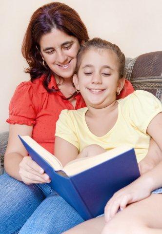 הורה מסייע לילדו בקריאת ספר