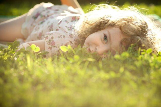 ילד שוכבת על הדשא