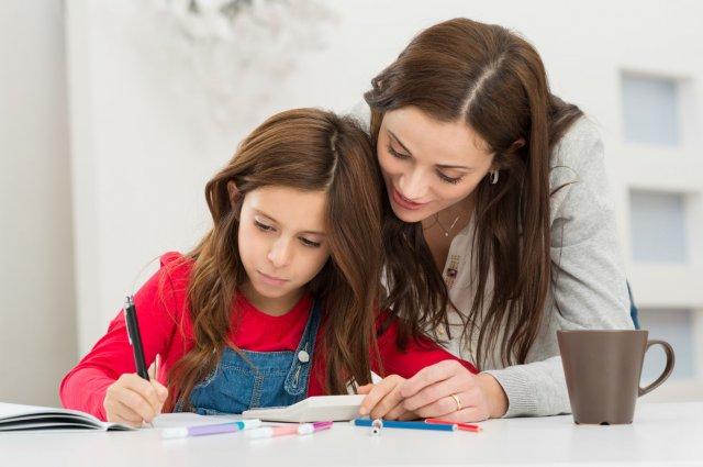 אימא מסייעת לילדה בלימודיה