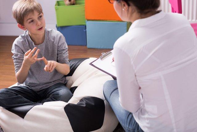 ילד משתף פעולה עם גורם מקצועי
